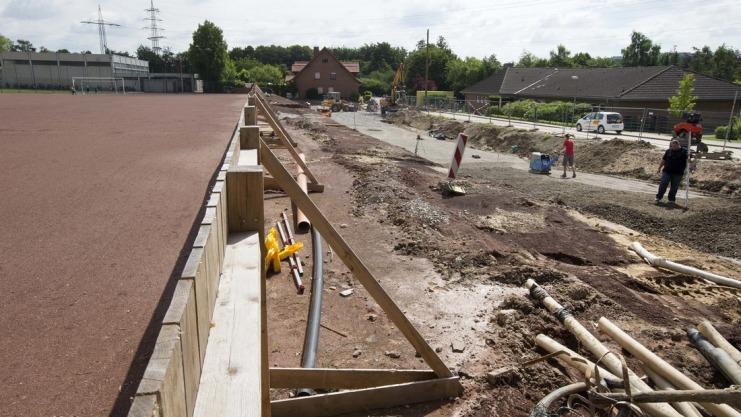 Wegen der Kita-Erweiterung und der neuen Zufahrtsstraße wird der Tennenplatz am Harderberg verkleinert. Foto: Martens